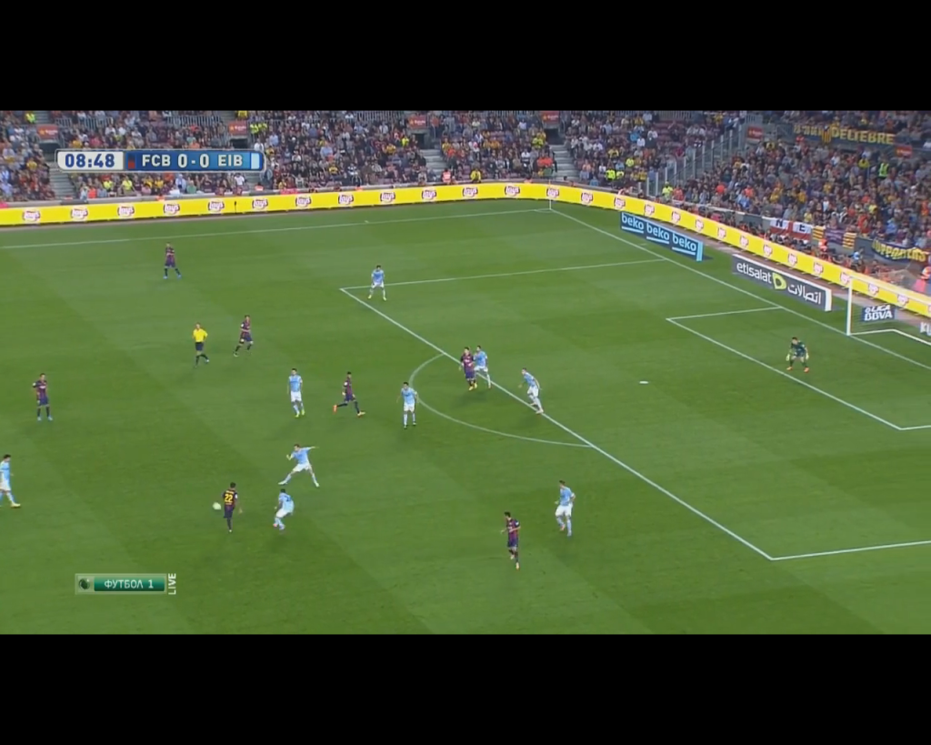Eibar pressuring Alves aggressively while far side options are free. (Note: Roberto's positioning too risky for a pass.)